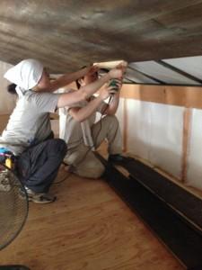 天井板張りの共同作業中
